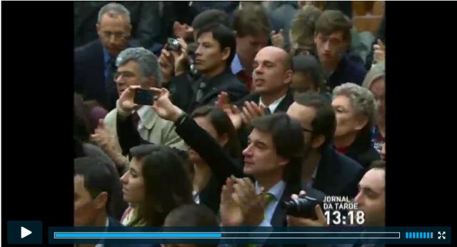 jornalistas aplaudem Papa Francisco