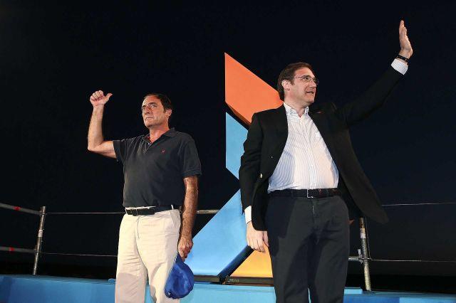O líder do PSD, Pedro Passos Coelho (D), ladeado pelo seu homólogo do CDS-PP, Paulo Portas, durante a Festa do Pontal