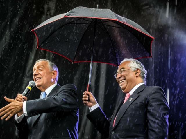 Marcelo e Costa à chuva Paris 10 de Junho 2016